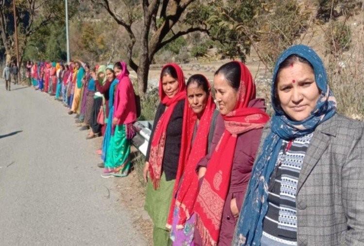 उत्तराखंड : 7000 से अधिक ग्रामीणों ने बनाई 19 किमी लंबी मानव श्रृंखला 70 गांवों के , अनोखा विरोध-प्रदर्शन