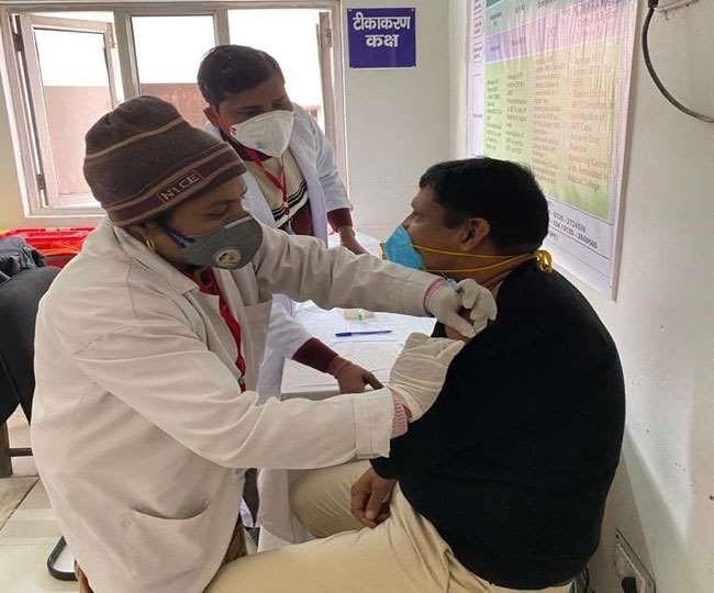Uttarakhand: ऋषिकेश में चतुर्थ श्रेणी कर्मी को लगा पहला टीका, कोरोना से जंग को शुरू हुआ महाअभियान