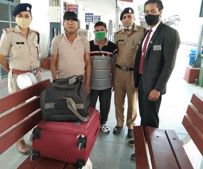 उत्तराखंड : रेलवे के टीटीई ने ईमानदारी दिखाई, ट्रेन में छूटे सामान को यात्री को लौटाया
