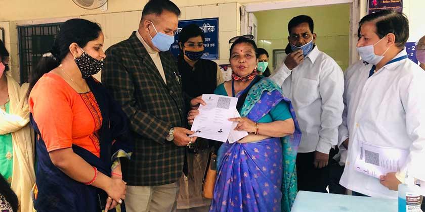 छावनी अस्पताल में कोविड टीकाकरण का शुभारम्भ करते कैबिनेट मंत्री गणेश जोशी।