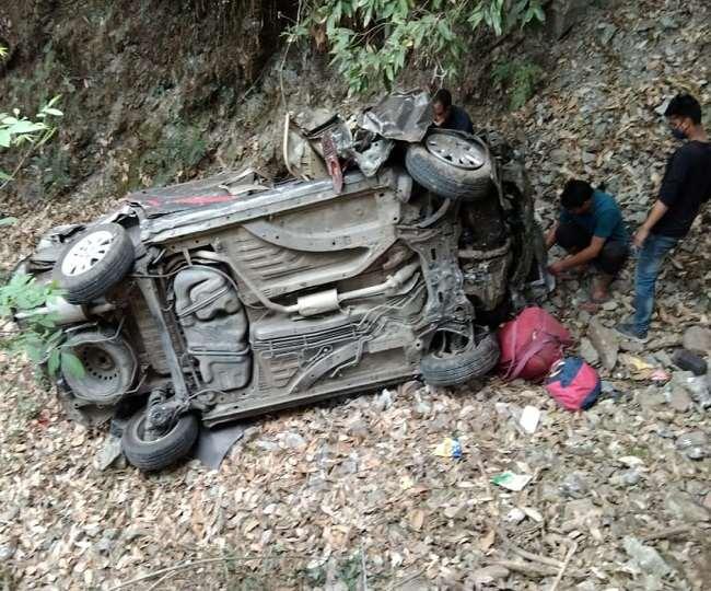 .उत्तराखंड : उत्तराखंड में प्रवासियों की कार खाई में गिरी, पिता और बेटी की मौत, छह घायल, बेटी की शादी 27 को थी