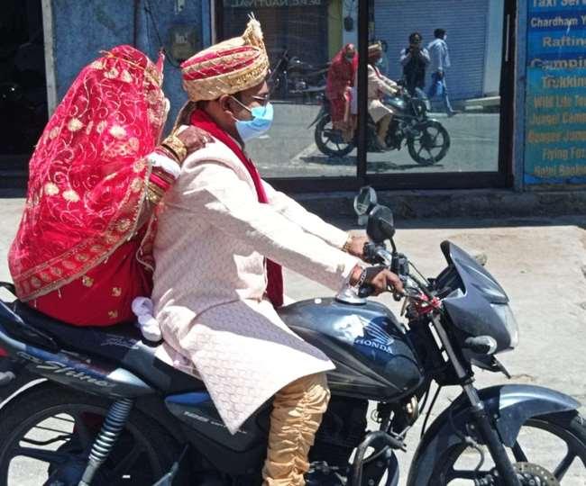 उत्तराखंड: ऋषिकेश में दूल्हा दुल्हन को बाइक पर लेकर मंदिर पहुंचा , भगवान का आशीर्वाद लिया