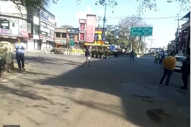 उत्तराखंड : कोरोना कर्फ्यू में पुलिस ने सख्ती दिखाई, कई लोगों का चालान किया