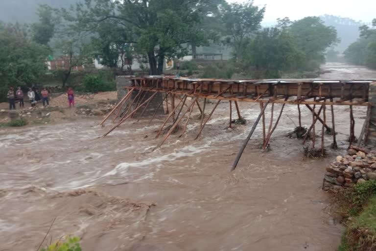 उत्तराखंड सोमेश्वर : साई नदी उफान पर भारी बारिश के कारण, लाखों की निर्माण सामग्री बही