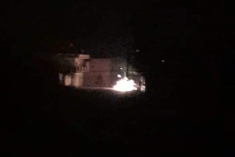 उत्तराखंड : मुबारकपुर गांव में ट्रांसफार्मर का लोड बढ़ने से उससे निकले बिजली के तारों में आग लग गई , एक के बाद एक पांच धमाके