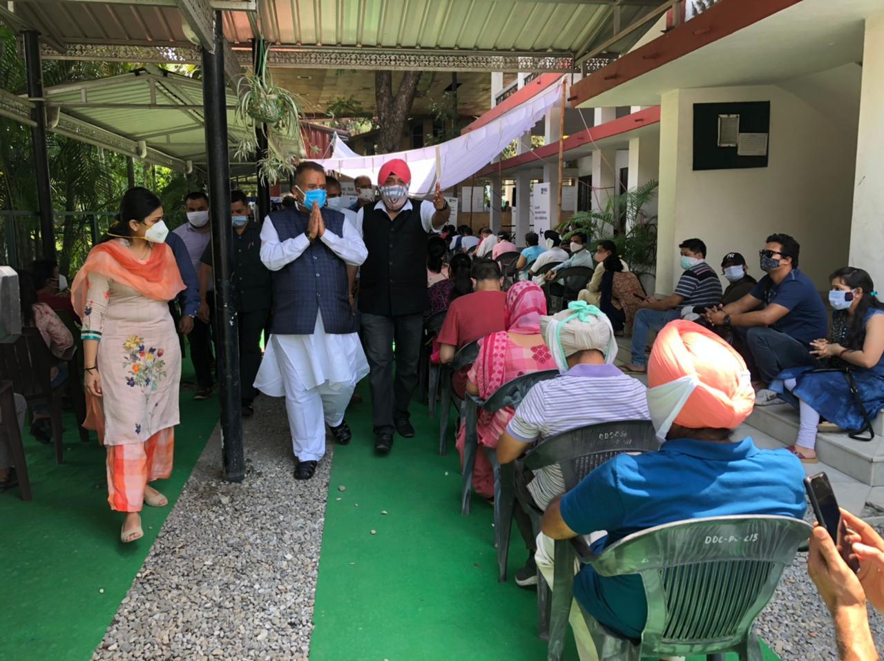 उत्तराखंड : कोविड प्रभारी मंत्री गणेश जोशी ने दून क्लब में संचालित टीकाकरण केन्द्र का किया निरीक्षण।