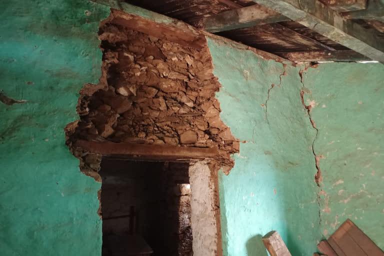 उत्तराखंड : स्कूली बच्चे जर्जर भवन में पढ़ने को मजबूर, नहीं ले रहे जिम्मेदार सुध