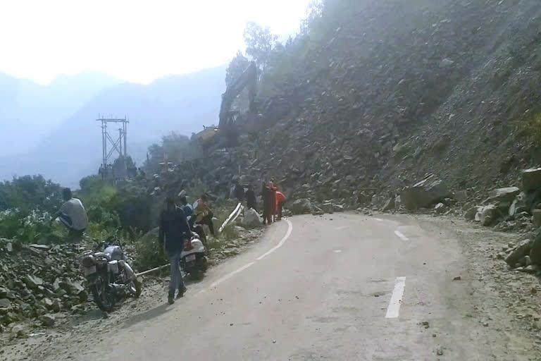 उत्तराखंड : चमधार में मलबा आने से बद्रीनाथ हाईवे बंद, वाहनों को किया गया डायवर्ट