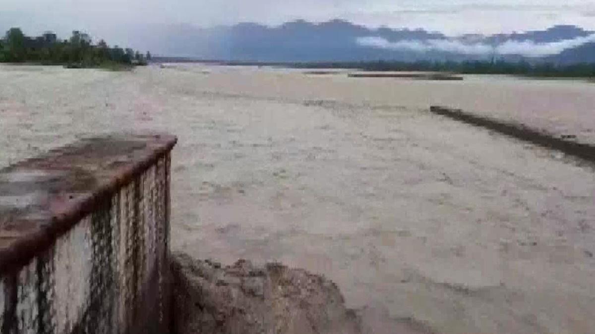 उत्तराखंड : पहाड़ों पर हुई बारिश के बाद भारत-नेपाल सीमा पर बहने वाली शारदा नदी का जलस्तर बढ़ा , रेड अलर्ट