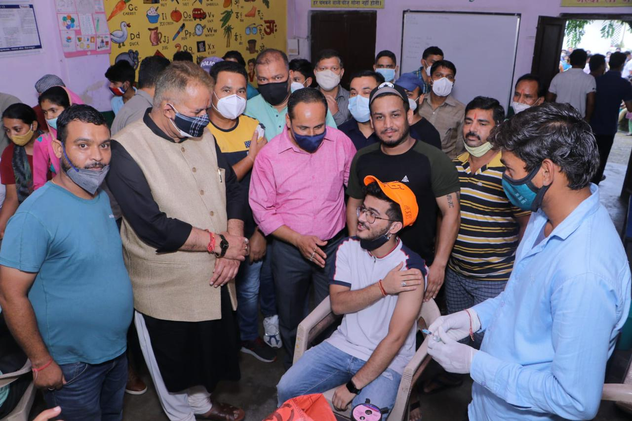 उत्तराखंड : हाथीबड़कला में टीकाकरण केंद्र का निरीक्षण करते कैबिनेट मंत्री गणेश जोशी