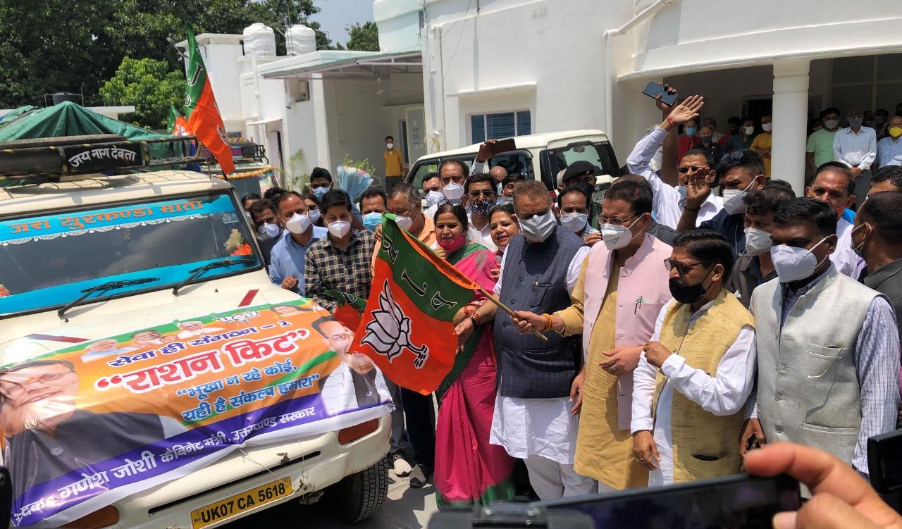 मसूरी के ग्रामीण क्षेत्रों हेतु कोविड राहत सामाग्री के 11 वाहनों को मुख्यमंत्री ने हरी झण्डी दिखा कर किया रवाना।