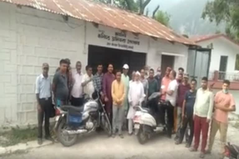 उत्तराखंड उत्तरकाशी : पेयजल आपूर्ति नहीं होने से आक्रोशित ग्रामीणों ने कर्मचारियों को बंधक बनाया