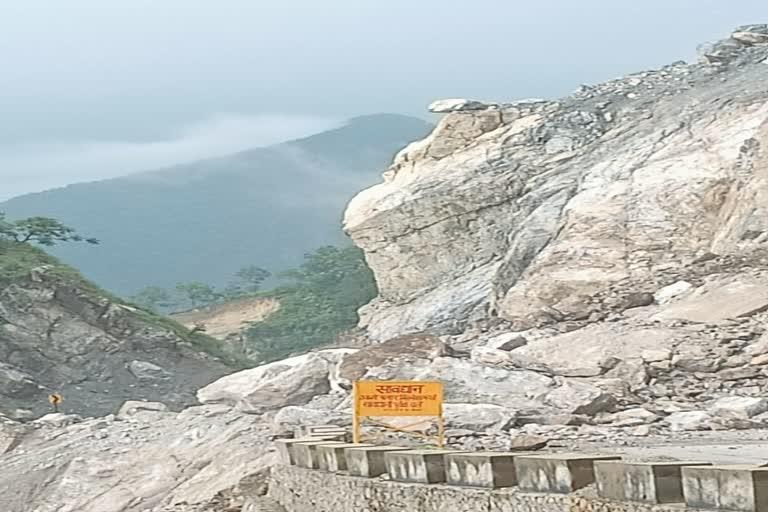 उत्तराखंड श्रीनगर : तोताघाटी में पहाड़ी से गिरने लगे बोल्डर, सावधानी से करें सफर