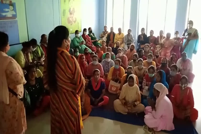 उत्तराखंड : महिलाओं ने सरकार पर रोजगार छिनने का आरोप लगाया