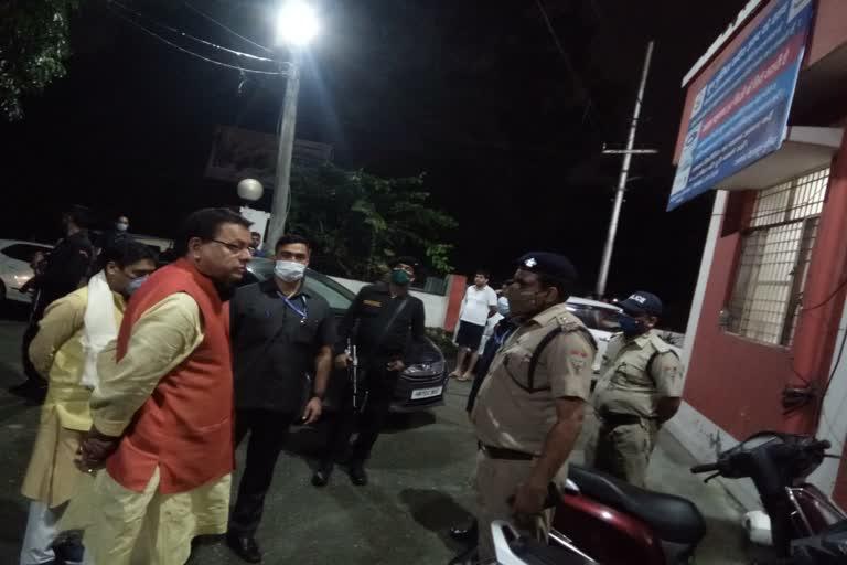 उत्तराखंड : देर रात मुख्यमंत्री ने किया बिंदाल चौकी का औचक निरीक्षण, पुलिसकर्मियों में अफरातफरी