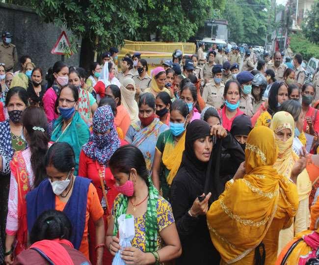 उत्तराखंड : ई-निविदा रद्द करने के लिए स्वयं सहायता समूह से जुड़ी महिलाओं का सचिवालय भ्रमण