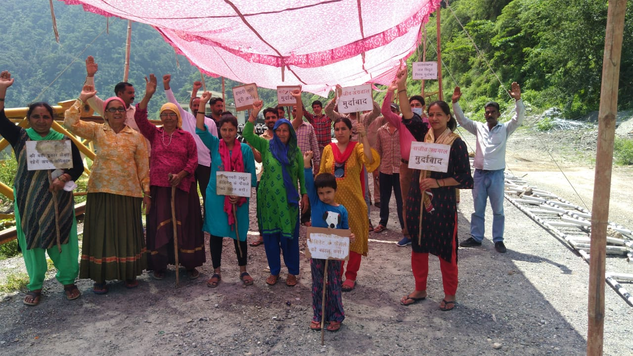 उत्तराखंड : लोहारी के ग्रामीणो की मांग है कि जब तक कैबिनेट में पारित प्रस्ताव को बहाल नहीं किया जाएगा तब तक आंदोलन जारी रहेगा