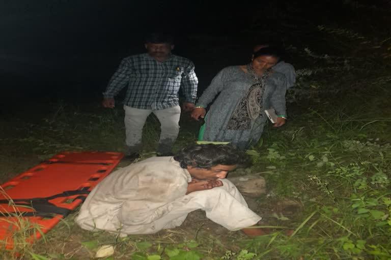उत्तराखंड उत्तरकाशी : राजस्व कर्मियों ने जंगल में फंसे एक व्यक्ति को रेस्क्यू किया