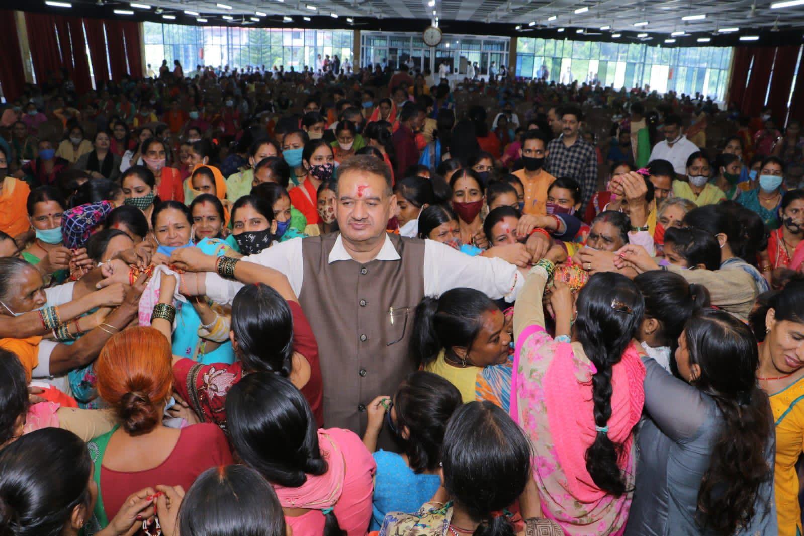 उत्तराखंड : कुल्हान में आयोजित रक्षाबंधन कार्यक्रम में कैबिनेट मंत्री गणेश जोशी को रक्षा सूत्र बांधती बहनें।