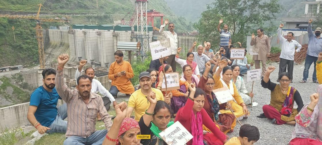 उत्तराखंड : लोहारी के काश्तकारों का धरना प्रदर्शन लगातार 76वें दिन भी जारी रहा , लोहारी के काश्तकारों द्वारा प्रदेश सरकार के खिलाफ नारेबाजी करते हुए अपना आक्रोश व्यक्त किया गया।