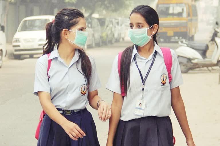 उत्तराखंड : उत्तराखंड सरकार के आदेश के बाद प्रदेश में कक्षा 9वीं से 12वीं तक के स्कूल खुले, उपस्थिति कम, लेकिन उत्साह पूरा