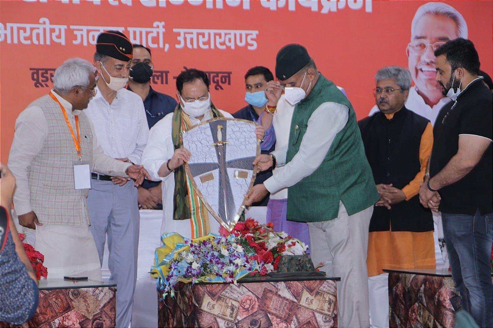 उत्तराखंड : भाजपा राष्ट्रीय अध्यक्ष जे.पी नड्डा को सम्मानित करते सैनिक कल्याण मंत्री गणेश जोशी