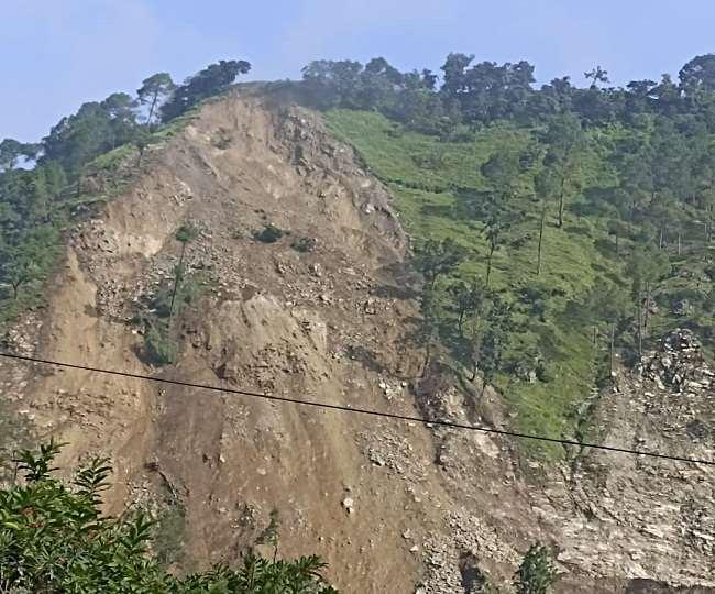 उत्तराखंड : सोमवार की सुबह चम्पावत-टनकपुर हाईवे पर स्वाला के पास पहाड़ी का बड़ा हिस्सा दरकने से एनएच बंद हो गया।