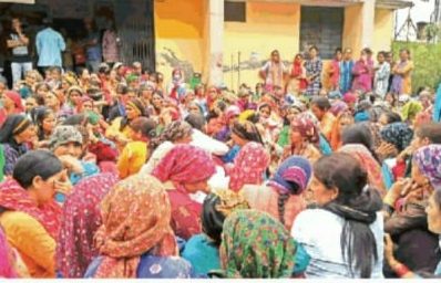 उत्तराखंड : मुआवजे की मांग को लेकर परिवारवालों और ग्रामीणों ने किया प्रदर्शन