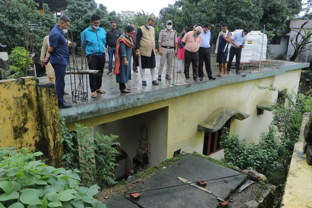 उत्तराखंड : क्षतिग्रस्त पुश्ते और भवन का निरीक्षण करते कैबिनेट मंत्री गणेश जोशी