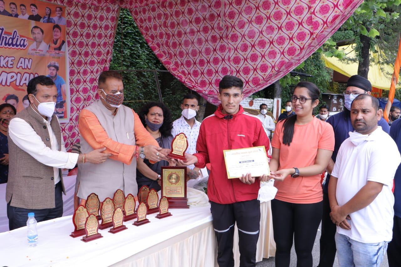 उत्तराखंड : भाजपा युवा मोर्चा द्वारा आयोजित चीयर्स फॉर इंडिया कार्यक्रम में प्रतिभाग करते कैबिनेट मंत्री गणेश जोशी