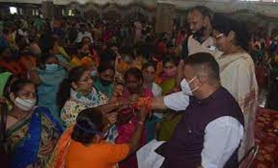 उत्तराखंड : बहनों ने सैनिक कल्याण मंत्री गणेश जोशी के कलाई पर रंर-बिरंगी राखियां बांधी