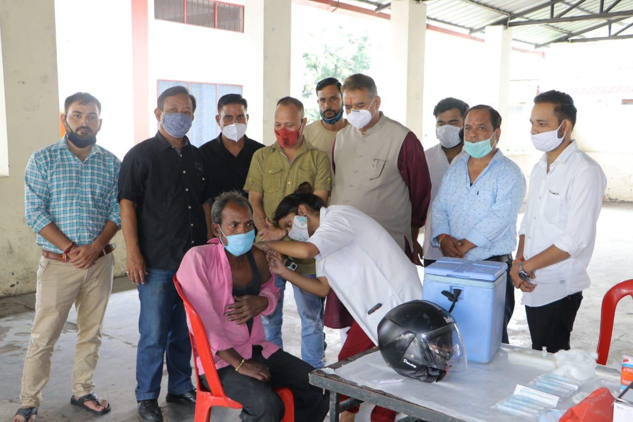 उत्तराखंड : डोभालवाला में टीकाकरण शिविर का निरीक्षण करते कैबिनेट मंत्री गणेश जोशी