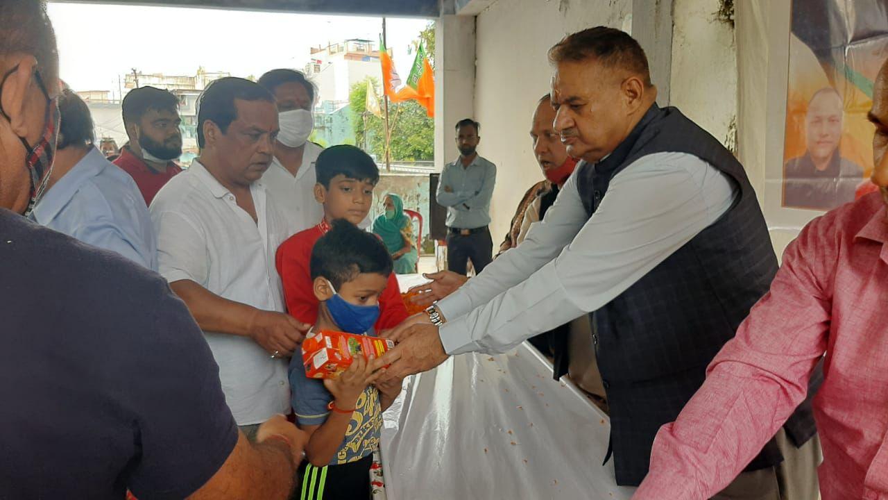 उत्तराखंड मसूरी ब्रेकिंग न्यूज़ : प्रधानमंत्री नरेंद्र मोदी के जन्मदिन पर डोभालवाला के अहीरमण्डी में फल और जूस वितरित करते कैबिनेट मंत्री गणेश जोशी