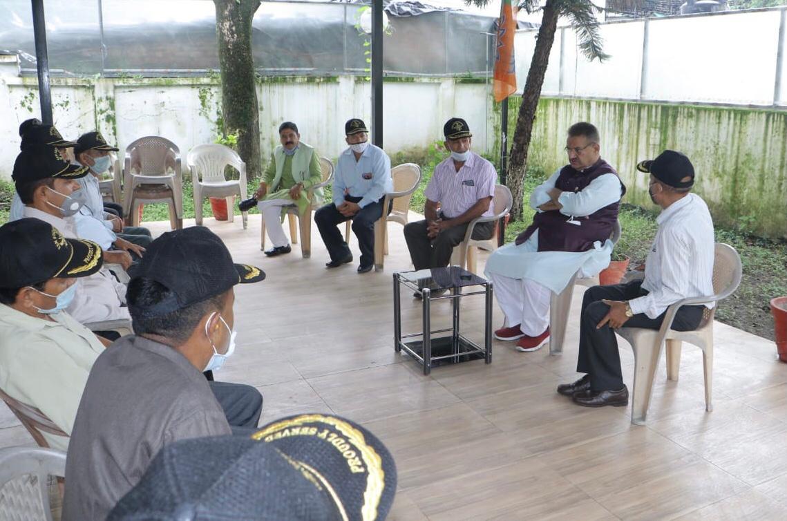 उत्तराखंड : पूर्व सैनिकों से भेंटवार्ता करते कैबिनेट मंत्री गणेश जोशी