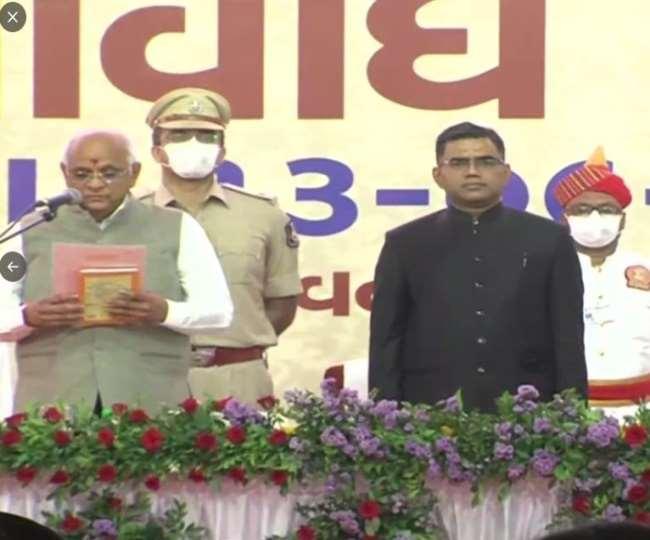 समारोह में भूपेंद्र पटेल ने ली शपथ: भूपेंद्र पटेल ने ली गुजरात के 17वें मुख्यमंत्री के रूप में शपथ