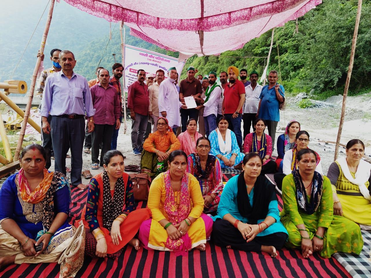 उत्तराखंड : आज भारतीय किसान यूनियन(टिकैत) उत्तराखण्ड का एक प्रतिनिधिमंडल ने धरना स्थल पर पहुँचकर ग्राम लोहारी के आंदोलन को अपना समर्थन दिया।