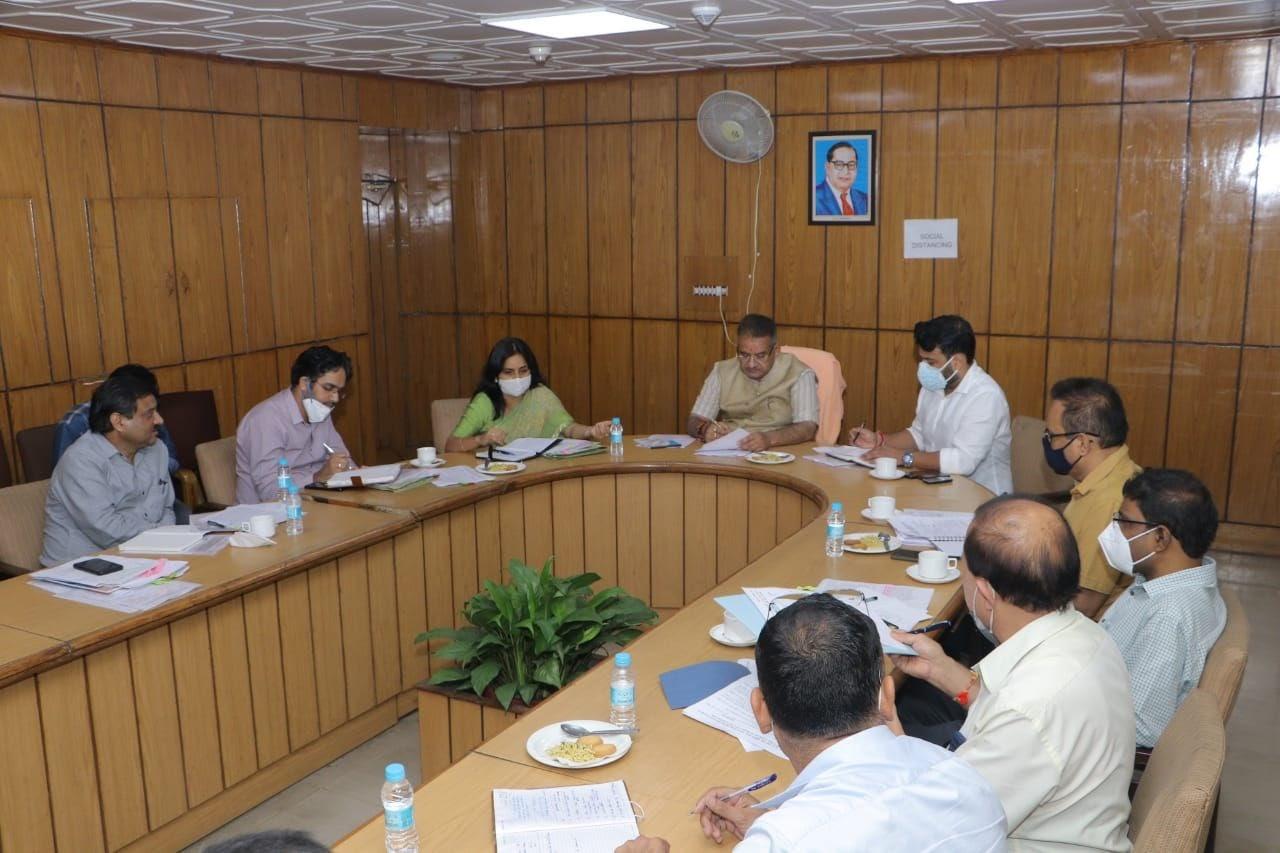 उत्तराखंड ब्रेकिंग : उद्योग विभाग की समीक्षा बैठक करते कैबिनेट मंत्री गणेश जोशी