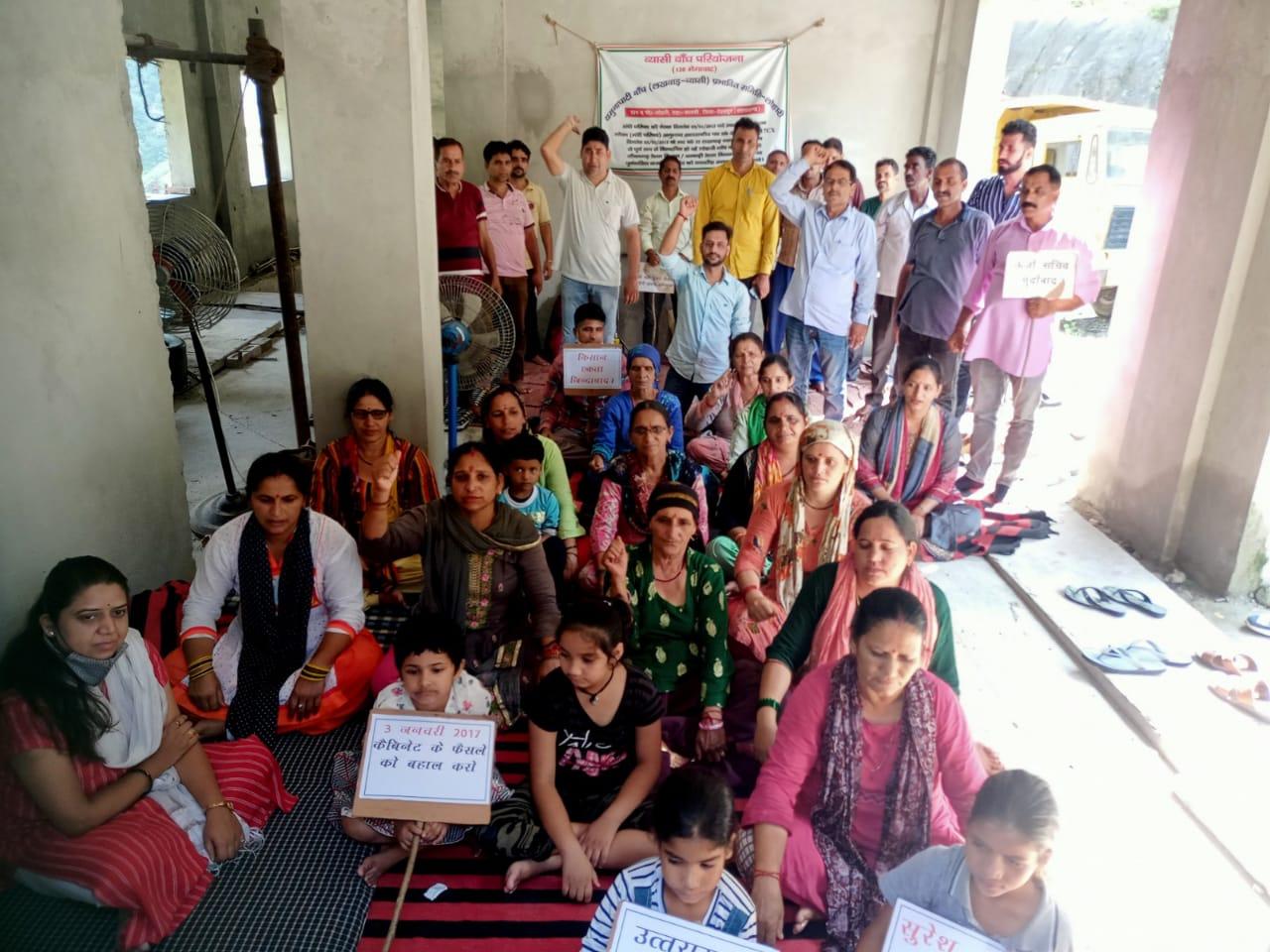 उत्तराखंड लोहारी ब्रेकिंग न्यूज़ :आज धरना स्थल पर सामाजिक कार्यकत्री तथा नमामि गंगे की प्रदेश मंत्री रितु ठाकुर जी ने आकर लोहारी के ग्रामीणों को अपना समर्थन दिया