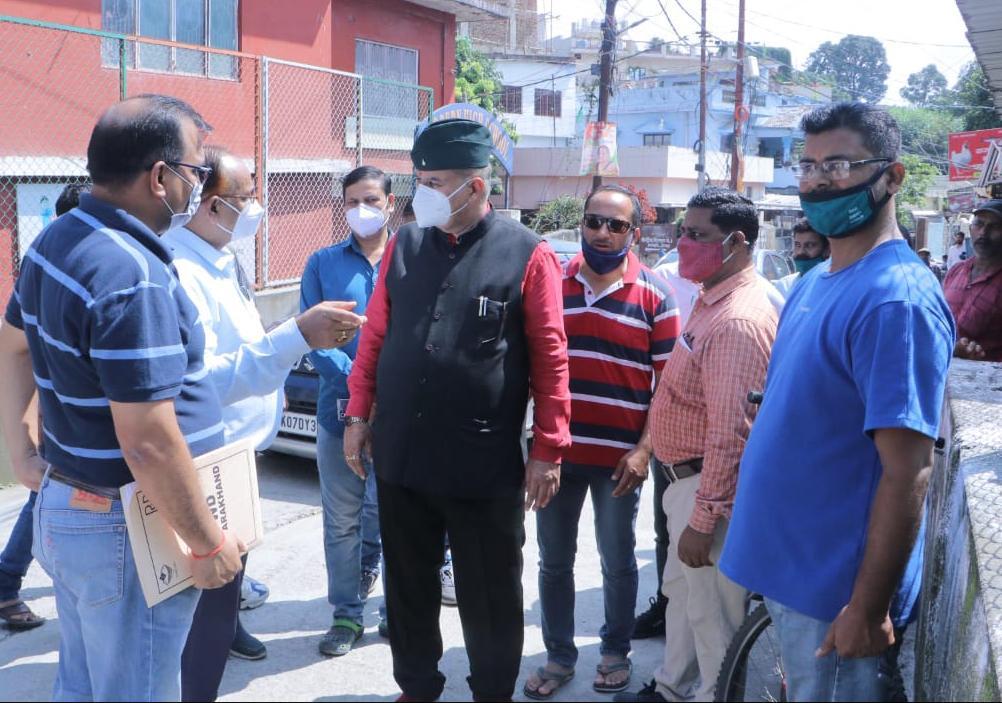 उत्तराखंड : क्षतिग्रस्त हो रहे पुल का निरीक्षण करते कैबिनेट मंत्री गणेश जोशी