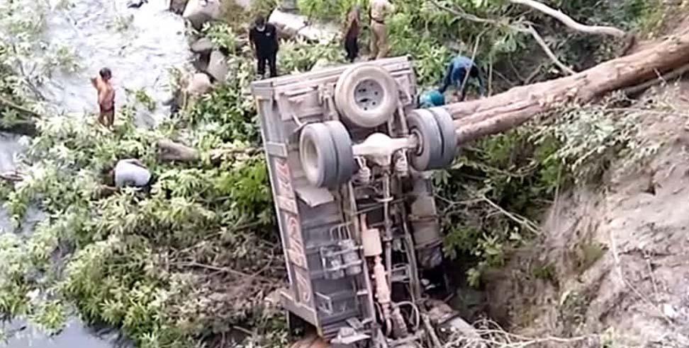 उत्तराखंड : टिहरी में अनियंत्रित होकर डंपर गहरी खाई में गिरा, चालक की मौत