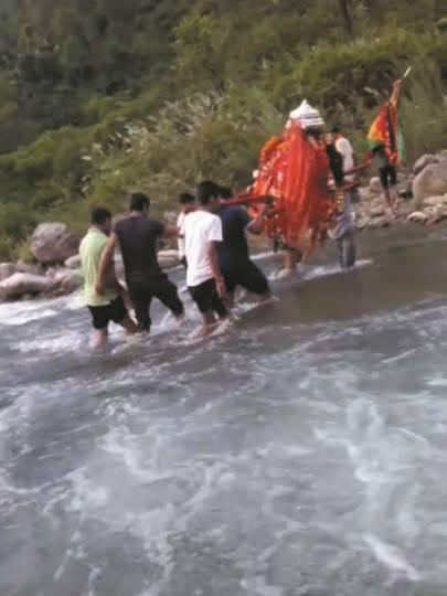 उत्तराखंड चमोली : गदेरे में नंदा देवी की डोली खतरे के बीच में पार हुई