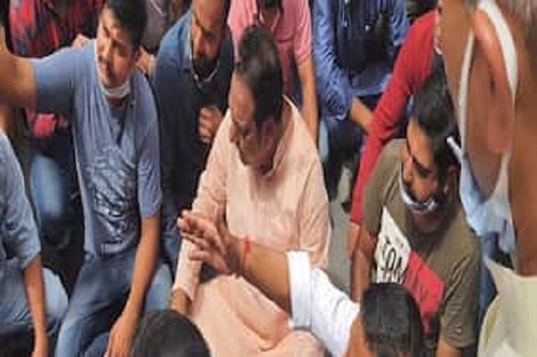 उत्तराखंड देहरादून न्यूज़ : धर्मपुर भाजपा विधायक विनोद चमोली को लोगो ने जमकर सुनाई खरी खोटी , जानिए क्या थी वजह