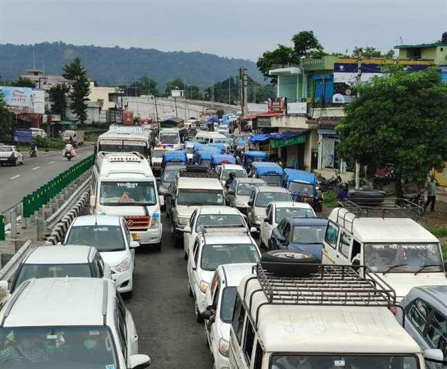 उत्तराखंड रानीपोखरी वैकल्पिक मार्ग : श्यामपुर से नेपाली फार्म तक ट्रैफिक जाम रानीपोखरी वैकल्पिक मार्ग टूटने से