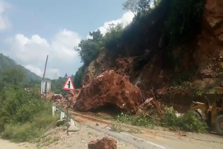 उत्तराखंड टिहरी VIDEO : सड़क पर पल भर में बिखरा पहाड़, स्कूटी सवार बाल-बाल बचे मौत से