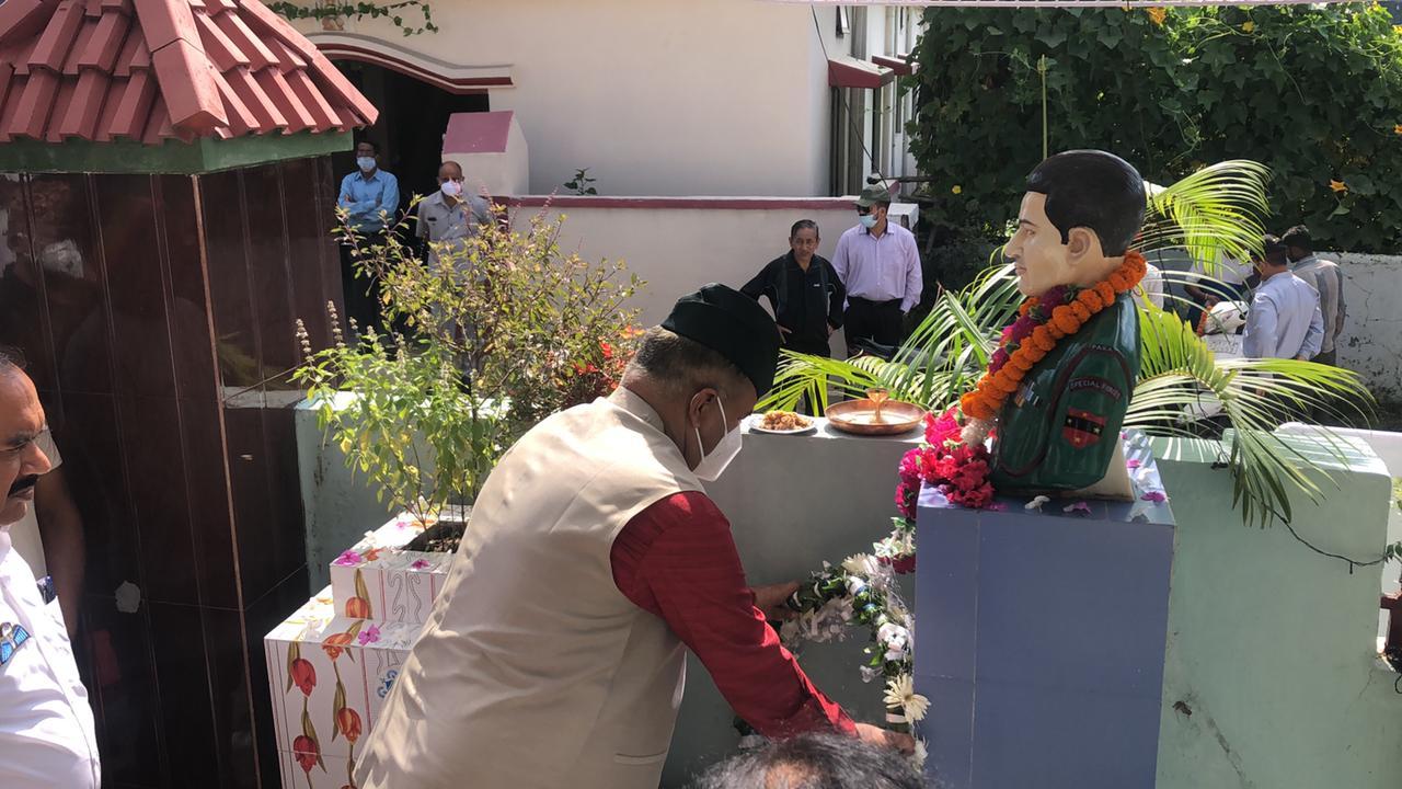 उत्तराखंड देहरादून न्यूज़ : शहीद बहादुर सिंह बोरा की 14वी पुण्यतिथि पर पुष्पांजलि अर्पित करते सैनिक कल्याण मंत्री गणेश जोशी