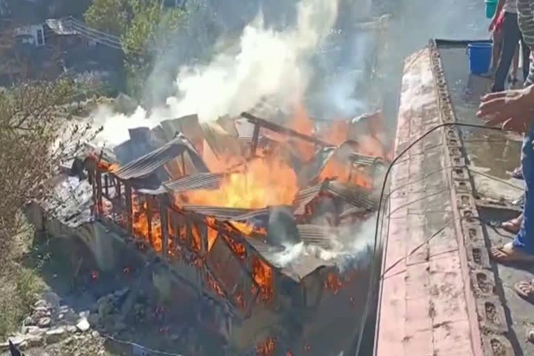 उत्तराखंड न्यूज़ उत्तरकाशी : लकड़ी के भवन में लगी भीषण आग, पांच परिवार बेघर