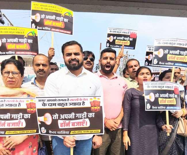 उत्तराखंड देहरादून न्यूज़ देहरादून: पेट्रोल-डीजल की बढ़ती कीमतों को लेकर कांग्रेस मुखर, केंद्र सरकार के खिलाफ किया प्रदर्शन