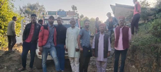 उत्तराखंड कलसी न्यूज़ : पहली बार टिपराड गांव में पहुंचा वाहन, ग्रामीणों ने बांटी मिठाइयां