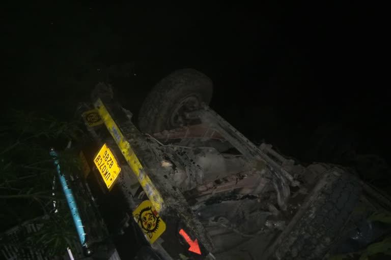 उत्तराखंड कोटद्वार न्यूज़ : अनियंत्रित होकर खाई में गिरा ट्रक, चालक की मौत, एक घायल