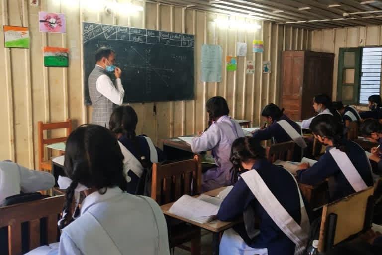 उत्तराखंड न्यूज़ उत्तरकाशी : अचानक डीएम साहब कॉलेज पहुंचे, शिक्षक बने और बच्चों को गणित पढ़ाने लगे